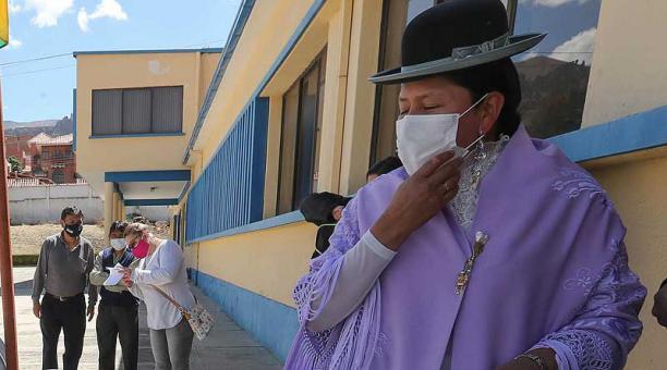 El Concejo Municipal de Santa Cruz, en Bolivia, dispuso modificar una ley para establecer sanciones como el trabajo comunitario para las personas que no utilicen mascarilla. Foto: EFE