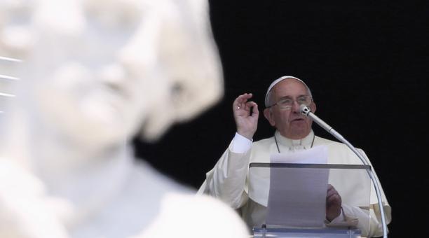 Imagen de archivo del papa Francisco saludando mientras lidera la oración del Angelus desde la ventana del palacio apostólico en la Plaza de San Pedro en el Vaticano. 22 de junio, 2014. Foto: Reuters