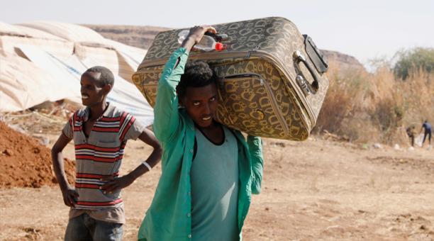 Un refugiado etíope lleva una maleta en el campo de refugiados de Um Rakuba que alberga a refugiados etíopes que huyen de los combates en la región de Tigray, en la frontera entre Sudán y Etiopía, Sudán, el 28 de noviembre de 2020. Foto. Reuters