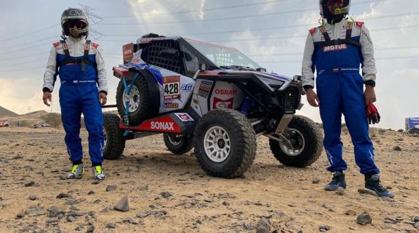 Sebastián Guayasamín junto a Ricardo Torlaschi, durante el prólogo del Rally Dakar. Foto: Cortesía del corredor