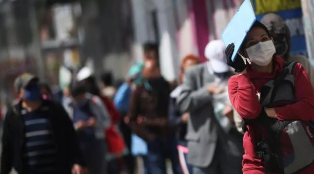 Las personas esperan afuera de un banco de Bogotá en busca de trabajo, en medio del brote de coronavirus.