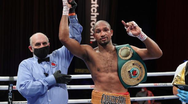 Carlos Góngora, con el cinturón de campeón que ganó en diciembre pasado, en EEUU. Foto: Twitter
