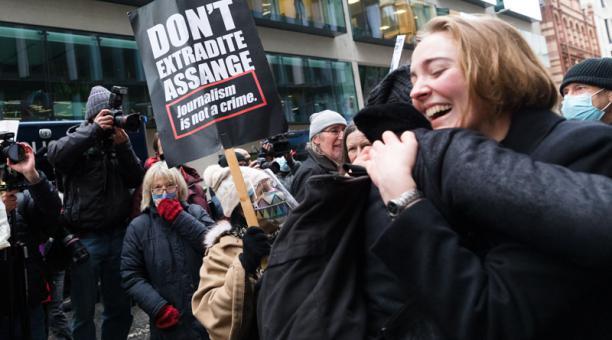 Los partidarios de Julian Assange celebran después de que se dicte el fallo en el Old Bailey de Londres, Gran Bretaña, el 4 de enero de 2021.