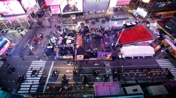 Los juerguistas ven actuaciones mientras permanecen dentro de las cápsulas en Times Square en la víspera de Año Nuevo en la ciudad de Nueva York, Nueva York, EE. UU., 31 de diciembre de 2020.