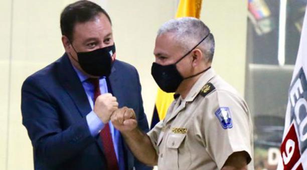 El presidente del COE Nacional, Juan Zapata, saluda con el general Fausto Salinas durante una rueda de prensa en la que habló de las restricciones por el covid-19 en Ecuador. Foto: Diego Pallero/ EL COMERCIO