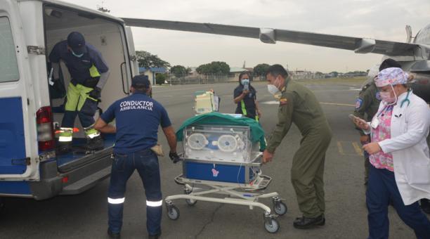Un bebé de 10 días nacido y un hombre de 65 años de edad fueron evacuados desde Galápagos a Guayaquil por atención médica especializada. Foto: Cortesía FAE