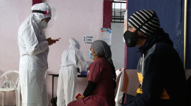 La Secretaría de Salud realizó ayer tomas de pruebas para detectar covid-19 en San Roque (centro). Foto: Diego Pallero / EL COMERCIO