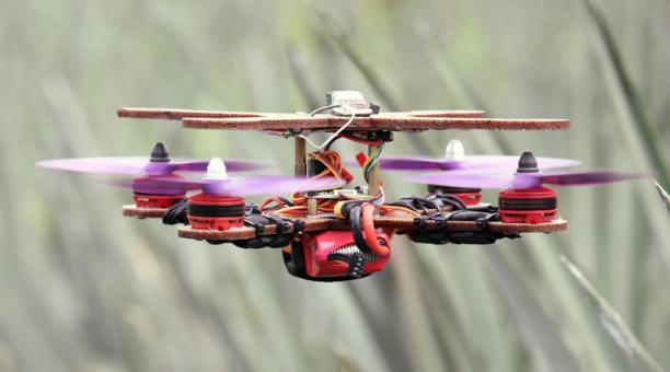 Un dron, parcialmente hecho con tallos de piña, vuela en una plantación de piña en Jenjarom, Malasia. 12 de diciembre de 2020. Foto: REUTERS