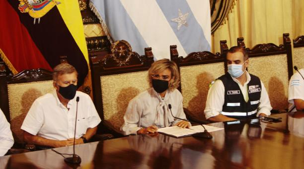 Alcaldesa Cynthia Viteri junto a la mesa técnica del COE de Guayaquil. Foto: Mario Faustos / EL COMERCIO