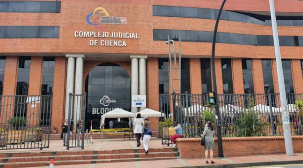 En los exteriores del Complejo Judicial de Cueca esperaron familiares y allegados de la familia de la niña Sofía. Foto: Lineida Castillo / EL COMERCIO