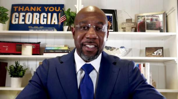El candidato demócrata Raphael Warnock ganó uno de los dos escaños del Senado en Georgia que se disputaron en la elección del martes 5 de enero del 2021. Foto: REUTERS.