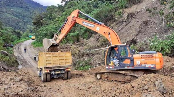 Foto del deslave en la vía Tufiño-Maldonado, en Carchi. Ahí personal del Ministerio de Transporte y Obras Públicas se encuentra retirando los escombros