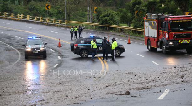En la vía Interoceánica, en Quito, se registró un deslave de tierra producto de las lluvias.  Foto Diego Pallero / EL COMERCIO