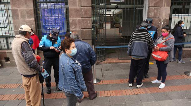 Agentes metropolitanos de Quito dan información sobre el pago del impuesto predial que se realiza de forma virtual, en el exterior de la Administración zonal Centro. Fotos: Diego Pallero/ EL COMERCIO