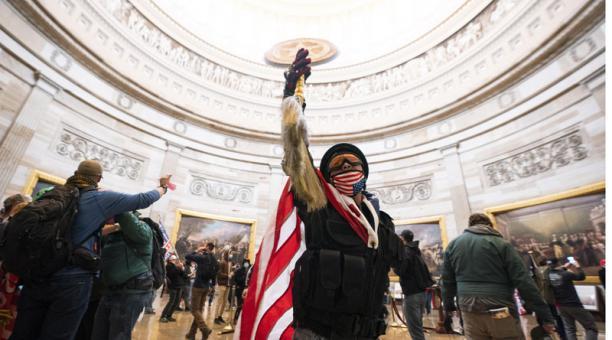 Los seguidores de Trump ingresaron al Capitolio, en donde se encontraban reunidos los senadores. Foto: EFE