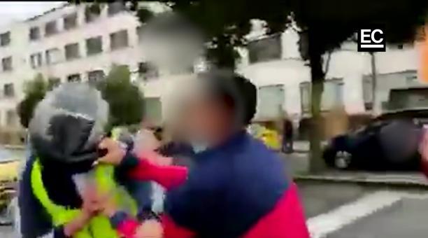 Video registra pelea entre un agente de tránsito y un conductor en Quito. Captura video