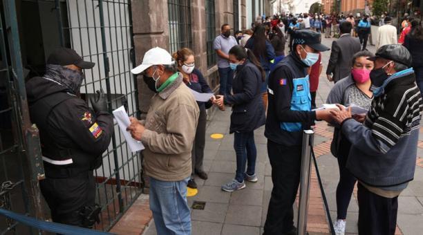 Agentes dieron información a los contribuyentes que acudieron al Centro, ayer. Foto: Diego Pallero / EL COMERCIO
