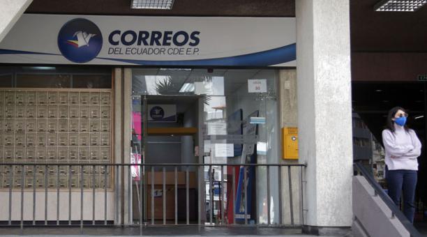 La Agencia ubicada en la Colón y Reina Victoria, en Quito, atiende usuarios postales. Foto: Patricio Terán / EL COMERCIO