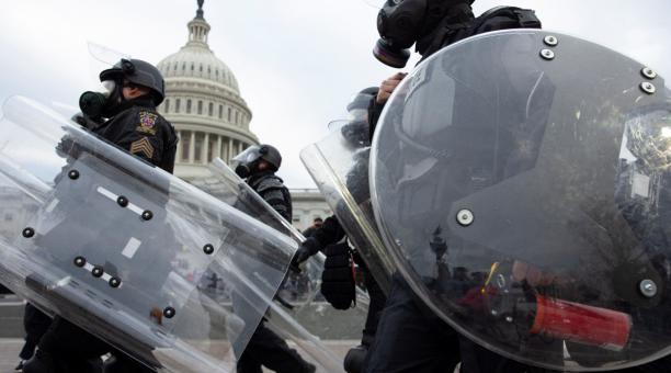 La policía responde ante los manifestantes seguidores de Donald Trump quienes irrumpieron en el Capitolio estadounidense este 7 de enero del 2021, en Washington (Estados Unidos). Los manifestantes a favor de Donald Trump irrumpieron en el Capitolio. Foto: