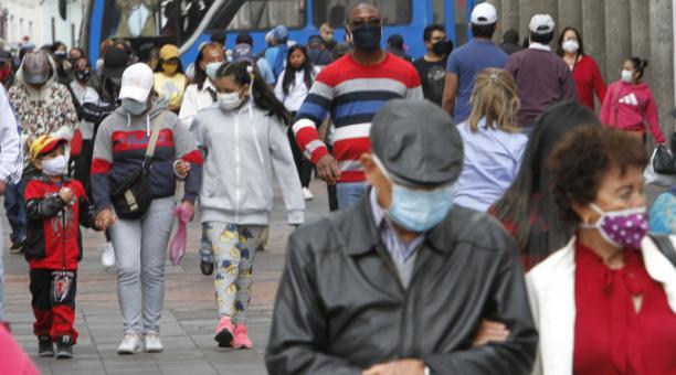 Imagen de aglomeración de personas, mientras circulan por el Centro Histórico de Quito. La capital ecuatoriana es una de las ciudades más afectadas por la pandemia del covid-19 en Ecuador. Foto: Eduardo Terán/ EL COMERCIO