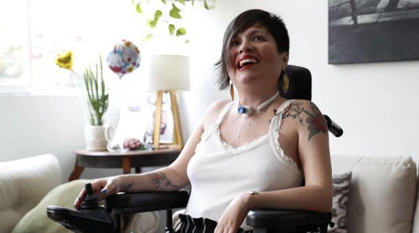 Ana Estrada, sufre de polimiositis, enfermedad degenerativa muscular, durante una entrevista. Foto: EFE