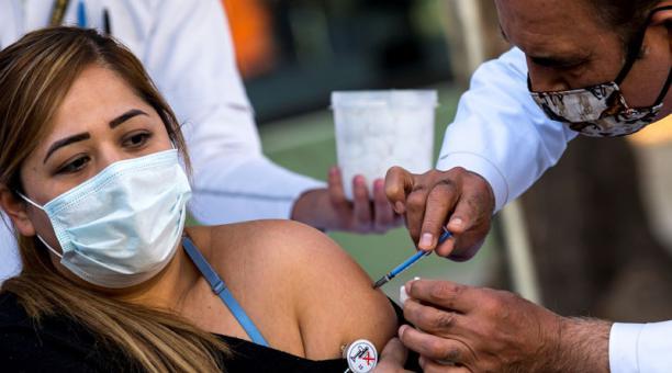 Autoridades y especialistas continúan durante años con el seguimiento de los efectos que pueden presentar las vacunas. Foto: EFE.