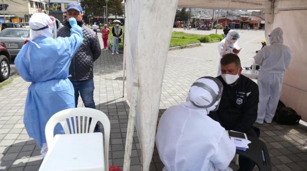 Las brigadas de salud toman muestras de covid-19 a las personas que residen en Cotocollao, sector del norte de Quito. Foto: Diego Pallero/ EL COMERCIO