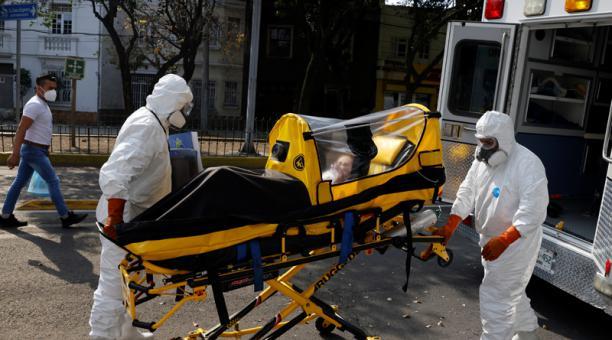 Paramédicos trasladan a una paciente que padece covid-19 de un hospital a otro, luego de que fuera rechazada debido a la falta de disponibilidad de camas, en Ciudad de México. 6 de enero de 2021. Foto: Reuters