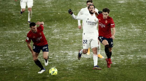 El centrocampista del Real Madrid Isco (c) pelea un balón con Mocayola (d) y David García, ambos de Osasuna, durante el partido de Liga en Primera División disputado esta noche en el estadio de El Sadar, en Pamplona. EFE