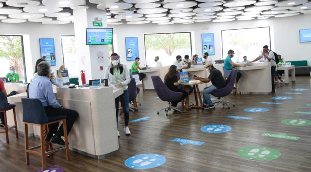 Los usuarios cotizan diferentes planes de Internet móvil en las oficinas de una operadora de servicios de telecomunicaciones en Guayaquil. Foto: Mario Faustos / EL COMERCIO