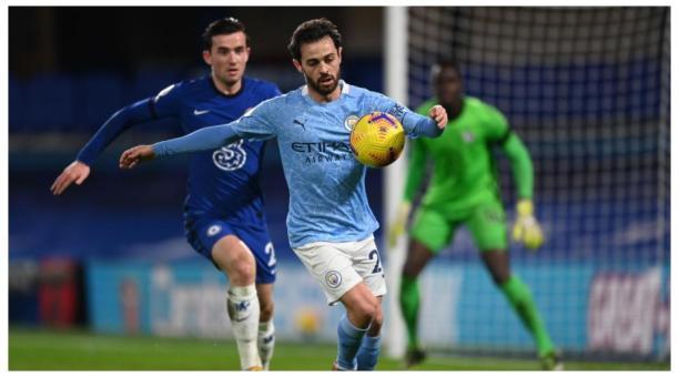 Bernardo Silva protege el balón en el partido contra el Chelsea. EFE
