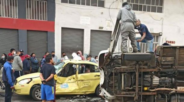 Un camión se volcó y luego se impactó contra un taxi en el centro de Ambato. Foto: Cortesía