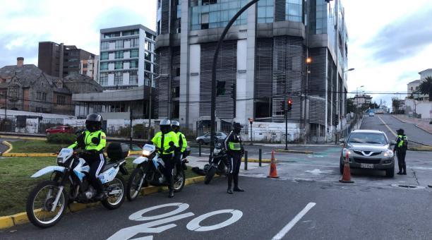 Agentes controlan la movilidad en la av. 6 de Diciembre, norte de Quito, el 10 de enero del 2021. Foto: Ana Guerrero/ EL COMERCIO