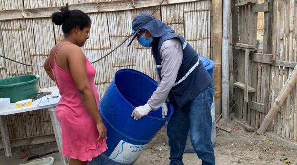 En las visitas domiciliarias del Ministerio de Salud en Manta se revisan los tanques de agua para  ver si hay larvas de zancudo. Foto: Cortesía /  Distrito de Salud de Manta