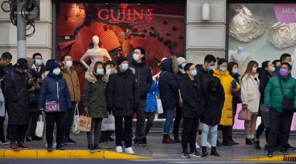 Imágenes de un grupo de personas transitando en una calle de Shanghai, China.