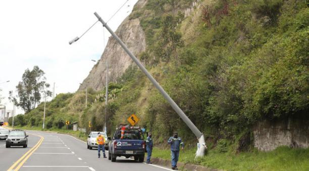 Un vehículo chocó este 11 de enero del 2021 en la avenida Oswaldo Guayasamín contra un poste de alumbrado. Foto: Diego Pallero/ EL COMERCIO.