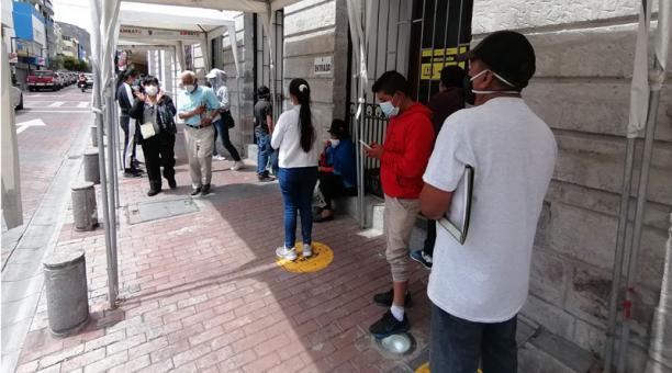 Para evitar mayores aglomeraciones en los pagos de impuestos en Ambato se suscribieron convenios para la apertura de ventanillas de recaudación en bancos y cooperativas de ahorro y crédito. Foto: Modesto Moreta / EL COMERCIO