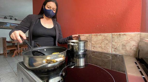Paola Ramos adquirió una cocina de inducción hace cuatro años, que alterna con el uso de una gas. Foto: Patricio Terán / EL COMERCIO