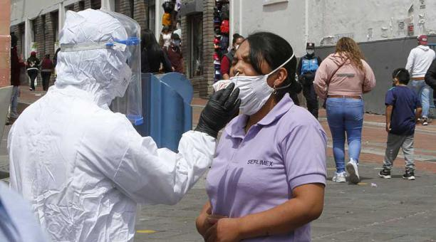 En la plaza de La Merced, en el Centro Histórico de Quito, brigadas médicas instalaron un puesto de triaje y toma de muestras de covid-19. Foto: Eduardo Terán / EL COMERCIO