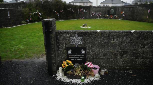 Vista general del cementerio de Tuam, donde se descubrieron los cuerpos de 796 bebés  en el sitio de un antiguo hogar católico para madres solteras y sus hijos.  Foto: REUTERS.
