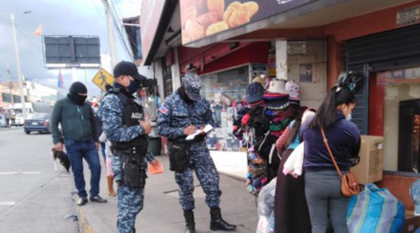 En la ciudad de Riobamba se hacen constantes controles para evitar aglomeraciones en locales comerciales y sitios públicos. Foto: Cortesía Municipio de Riobamba