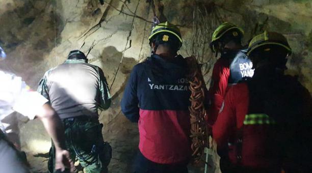 El rescate de los fallecidos se realizó este martes 12 de enero del 2021 con la intervención de la Policía Nacional, Ejército y bomberos de los cantones Paquisha, Nangaritza y Yantzaza. Foto: Tomada del Facebook del Cuerpo Bomberos Yantzaza