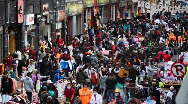 Foto de archivo ilustrativa de una multitud caminando por una calle comercial de San Victorino, en Bogotá. Dic 5, 2020. Foto: Reuters