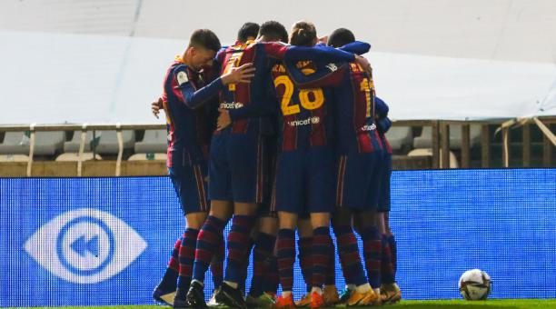 Los jugadores del Barcelona FC celebran uno de los goles marcados en las semifinales de la Supercopa de España, disputad ante la Real Sociedad