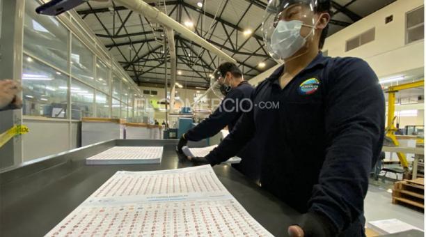 El CNE firmó un contrato con el IGM para imprimir 65 600 000 papeletas, para un escenario de dos vueltas electorales, por USD 5,03 millones. Foto: Patricio Terán / EL COMERCIO