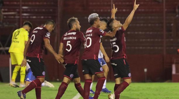 Los jugadores de Lanús celebraron uno de los goles con los que vencieron a Vélez Sarsfield, en la semifinal de vuelta de la Copa Sudamericana. Foto: Tomado del Twitter