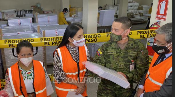 Integrantes del Consejo Nacional Electoral (CNE) verifican la impresión de papeletas que serán utilizadas en las elecciones del 7 de febrero del 2021. Foto: Patricio Terán / EL COMERCIO