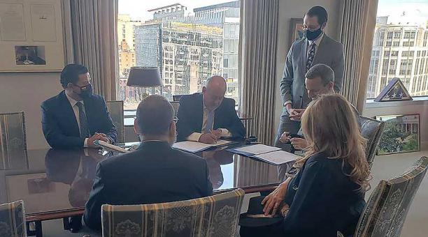 El ministro de Finanzas, Mauricio Pozo, y autoridades de la DFC firmaron el acuerdo. Foto: cortesía Ministerio de Finanzas