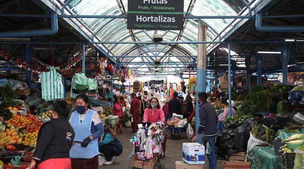 Los pisos del Mercado Chiriyacu tienen fisuras y los techos están desgastados. Foto: Diego  Pallero / EL COMERCIO