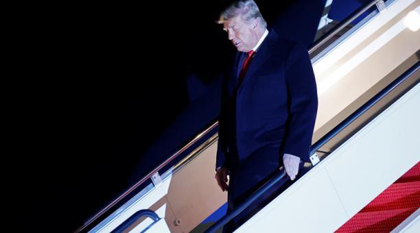 El presidente de Estados Unidos, Donald Trump, desembarca del Air Force One en la Base Conjunta Andrews en Maryland, después de visitar el muro fronterizo entre Estados Unidos y México en Harlingen, Texas, Estados Unidos, el 12 de enero de 2021.